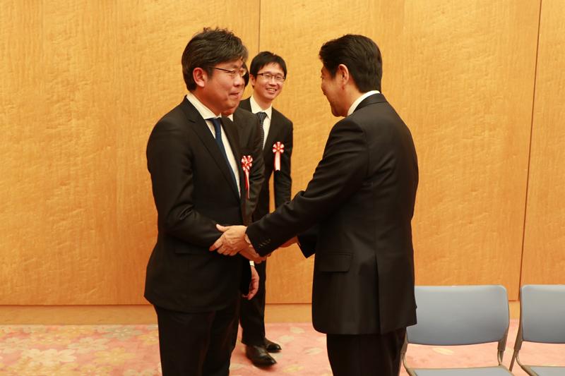 被同在列席代替武部副教授的谷口教授打招呼安倍首相karanegiraino语言的(左)谷口教授(右),安倍首相